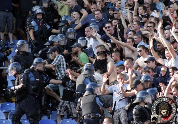 Zagreb, 12.07.2015 - Sukob između pripadnika BBB-a i specijalne policije na tribinama stadiona u Maksimiru pred početak utakmice 1. kola Prve HNL između Dinama i Hajduka. foto HINA/ Damir SENČAR /ds