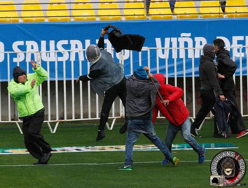 Serios incidentes entre las barras de Santiago Wanderers y Everton previo al clásico porteño en el estadio Sausalito.