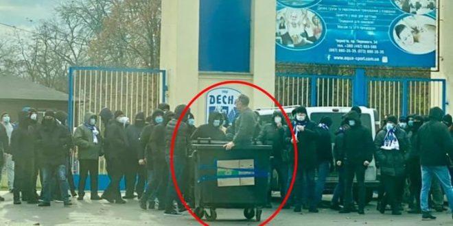 Ukrainian ultras threw the  new stadium director into the trash container 24.11.2020